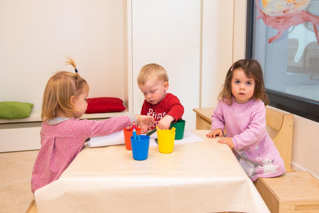 Kinder am Maltisch im campus kinderhaus