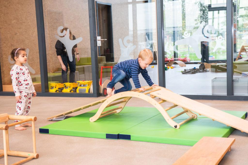 Überdachter Spielplatz des campus kinderhaus